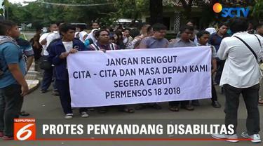 Mereka memprotes peraturan Menteri Sosial Nomor 18 Tahun 2018 yang memberi peluang jajaran di Kementerian Sosial menghilangkan atau mengubah panti menjadi balai.