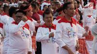 Presiden Joko Widodo bersama Wapres Jusuf Kalla, dan sejumlah pejabat negara menari Poco-Poco dalam rangka pemecahan rekor Guinness World Records di Lapangan Monas, Jakarta, Minggu (5/8). Acara ini diikuti 61 ribu peserta. (Merdeka.com/Iqbal S. Nugroho)