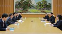 Pemimpin Korea Utara Kim Jong-un (kanan tengah) menerima rombongan delagasi dari Korea Selatan di Pyongyang (5/3). Dalam pertemuan itu, Kim Jong-un membahas cara untuk mengurangi ketegangan di semenanjung Korea. (AFP/Handout)