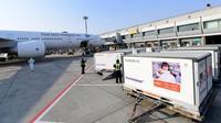 Sebanyak 1,2 juta vaksin COVID-19 Sinovac dalam 7 Envirotainer tiba di Bandara Soetta, Jakarta pada Minggu (6/12/2020) pukul 21.25 WIB, dibawa pesawat jenis Boeing 777-300 ER nomor registrasi PK-GIC. (Biro Pers Sekretariat Presiden/Rusman)