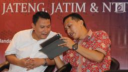 Politisi PKS Mardani Ali Sera (kiri) berbincang dengan Direktur Riset RTK, Rikola Fedri pada survei elektabilitas Cagub dan Cawagub Pilkada 2018 di Jakarta, Jumat, (22/6). (Liputan6.com/Fery Pradolo)