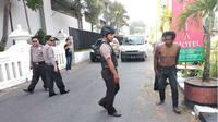 Pria tanpa identitas didatangi polisi karena dikira meninggal saat tidur di tengah jalan sebelah Timur Hotel Royal Ambarukmo, Depok, Sleman, Senin (11/6 - 2018). (Solpos.com/ Harian Jogja / Irwan A. Syambudi)
