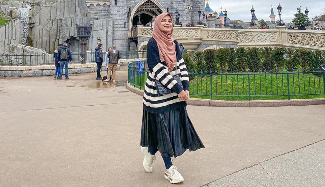 Gaya penampilan Shireen Sungkar saat mengunjungi taman hiburan ini pun terlihat sangan simpel. Ia pun hanya mengenakan kaus oversize dengan rok panjang serta sneakers. Penampilan sederhana Shireen ini pun terlihat sangat nyaman dikenakan. (Liputan6.com/IG/@shireensungkar)