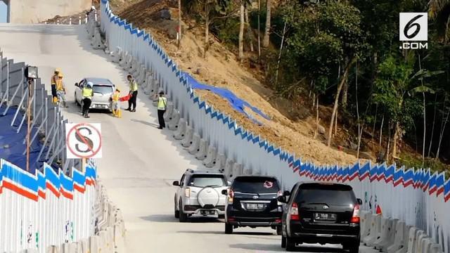 Tanjakan curam di Kali Kenteng membuat sejumlah mobil mundur karena tidak mampu menanjak. Akibatnya petugas bersiap mengganjal mobil yang tidak kuat.