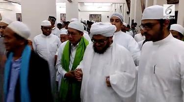 Di sela-sela kesibukannya sebagai Amirul Hajj, Menteri Agama Lukman Hakim Saifudin menyempatkan diri untuk bersilahturami dengan ulama.