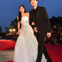 Seperti diketahui, Natal tahun ini merupakkan Natal pertama sejak mereka resmi menjadi pasangan suami istri. (JUNG YEON-JE/AFP)
