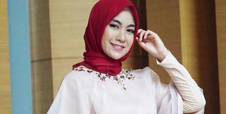 Bulan Ramadhan tahun 2016 silam menjadi momen yang sangat spesial untuk Anisa Rahma yang mulai mengenakan hijabnya. Sejak saat itu juga penampilannya menjadi sorotan publik karena gayanya yang modis dan sopan. (Instagram/anisarahma_12)