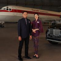 """Garuda Indonesia berkolaborasi dengan Didiet Maulana membuat seragam tematik terbaru bagi awak kabin terjudul """"Tenun Flight."""" Sumber foto: Document/PR."""