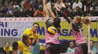 Pemain Jakarta Elektrik PLN, Amasya Manganang (kiri), melepaskan spike saat menghadapi Jakarta PGN Popsivo Polwan pada final four Proliga, di Sritex Arena, Solo, Sabtu (7/4/2018). (Bola.com/Ronald Seger Prabowo)