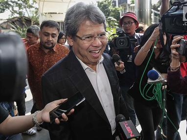 Pengacara Todung Mulya Lubis tiba di Gedung KPK untuk memenuhi pemeriksaan ulang, Jakarta, Jumat (22/12). Todung diperiksa terkait permintaan bantuan hukum oleh obligor BLBI maupun BPPN. (Liputan6.com/Faizal Fanani)