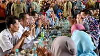 Presiden Joko Widodo bersama Menteri Ketenagakerjaan Hanif Dhakiri melakukan makan siang bersama ribuan pekerja/buruh PT KMK Global Sports di Tangerang