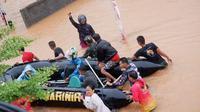 Prajurit Marinir mengevakuasi warga di dekat habitat buaya, di Tanjungpinang. (Foto: Batamnews.co.id)