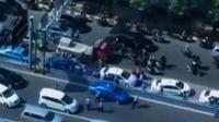 Beberapa kendaraan menjadi sasaran aksi kekerasan massa.