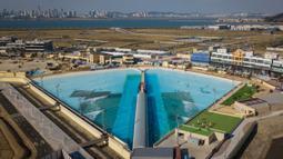 Pemandangan kolam ombak Wave Park di Siheung, Korea Selatan pada 18 Oktober 2020. Kolam ombak terbesar di dunia ini merupakan bagian dari Siheung Surf Park, sebuah resor terletak di Pulau Penyu, yang akan mencakup sebuah hotel, pusat konvensi, marina, dan bianglala. (Ed JONES/AFP)