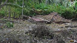 Sebuah rumah warga ambruk pasca gelombang Tsunami Selat Sunda di Dusun Tiga Regahan Lada, Pulau Sebesi, Lampung Selatan, Minggu (30/12). Sebagian warga mengungsi ke Kalianda. (Liputan6.com/Herman Zakharia)
