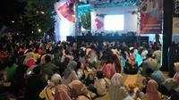 Pengunjung di GBK menyaksikan penutupan Asian Para Games 2018 melalui layar lebar (Liputan6.com/ Ady Anugrahadi)
