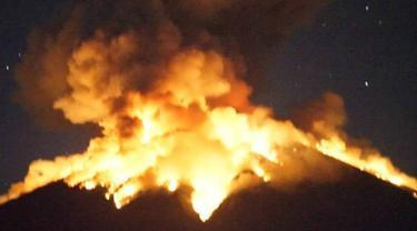 Gunung Agung kembali meletus pada Senin malam 2 Juni 2018