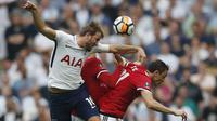 Duel pemain Tottenham Hotspur, Harry Kane (kiri) dan pemain Manchester United, Nemanja Matic pada semifinal Piala FA di Wembley stadium, London, (21/4/2018). MU menang 2-1. (AP/Frank Augstein)