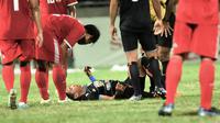 Ahmad Nufiandani tergeletak setelah berbenturan dengan pemain Persewangi (Bola.com/Kevin Setiawan)