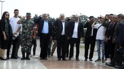 Presiden pertama Timor Leste Xanana Gusmao (tengah) memberi hormat saat tiba di TMP Kalibata, Jakarta, Minggu (15/9/2019). Xanana dan perwakilan rakyat Timor Leste memanjatkan doa untuk Habibie. (merdeka.com/Iqbal Nugroho)