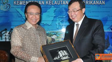 Citizen6, Jakarta Pusat: MKP Sharif C Sutardjo menyerahkan cinderamata kepada Dubes RRC Liu Jianchao saat berkunjung menindaklanjuti nota kesepahaman sebesar satu miliar RMB (180 juta dolar). (Pengirim: Efrimal Bahri)