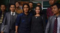 Charly Van Houten dan istri didampingi kuasa hukum saat berada di Polda Metro Jaya (Liputan6.com/Sapto Purnomo)