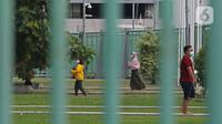 Sejumlah pasien COVID-19 yang berstatus OTG berolahraga pagi di Stadion Patriot Chandrabhaga, Bekasi, Jawa Barat, Rabu (16/12/2020). Kegiatan olahraga tersebut rutin dilakukan setiap pagi hari untuk meningkatkan daya tahan tubuh pasien yang menjalani isolasi mandiri. (Liputan6.com/Herman Zakharia)