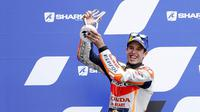 Pembalap Repsol Honda, Alex Marquez, melakukan selebrasi di atas podium usai balapan MotoGP Prancis di Le Mans, Minggu (11/10/2020). Petrucci finis pertama dengan catatan waktu 45 menit 54,736 detik. (AP Photo/David Vincent)