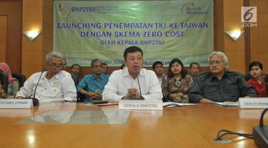 Kepala BNP2TKI (Badan Nasional Penempatan dan Perlindungan Tenaga Kerja Indonesia), Nusron Wahid (tengah) memberi keterangan saat launching penempatan TKI ke Taiwan di Jakarta, Senin (12/6). (Liputan6.com/Helmi Afandi)