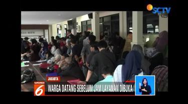 Surat Keterangan Catatan Kepolisian atau SKCK terus diburu warga di berbagai kantor polisi. Di Polres Jakarta Timur, antrean panjang pemohon SKCK mengular sejak pagi.