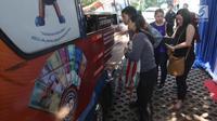 Warga menukarkan uang pecahan di stand mobil yang ada di Lapangan IRTI Monas, Jakarta Pusat, Rabu (23/5). Adapun masyarakat harus membawa KTP sebagai syarat untuk menukarkan uang. (Liputan6.com/Arya Manggala)