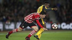 Pemain Arsenal, Danny Welbeck (kanan) berebut bola dengan pemain Southampton,  Pierre-Emile Hojbjerg pada putaran keempat Piala FA musim 2016-2017 di St Mary's Stadium,  (28/1/2017. Arsenal menang 5-0. (Nick Potts/PA via AP)