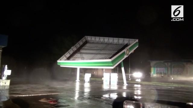 Badai Florence menghancurkan stasiun pengisian bahan bakar umum atau SPBU di Top Sail Beach, Carolina Utara.