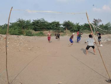 Ceria Kecil Anak-Anak Bermain di Lahan Sengketa