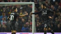 Gelandang Liverpool, Philippe Coutinho (kiri) melakukan selebrasi gol ke gawang Manchester United bersama Emre Can. Pertemuan pada Leg 2 Babak 16 Besar Liga Europa di Stadion Old Trafford, Kamis (18/3/2016) dini hari WIB, berakhir imbang 1-1.  (EPA/Peter