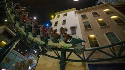 Orang-orang menaiki wahana roller coaster di taman hiburan Dream Island di Moskow, Rusia (18/7/2020). Taman hiburan indoor tersebut dibuka kembali untuk umum pada Sabtu (18/7) setelah ditutup sementara akibat pandemi COVID-19. (Xinhua/Alexander Zemlianichenko Jr)