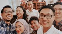 Jokowi wefie bersama para staf khusus Presiden pada Senin, 2 Desember 2019. (dok. Instagram @angkie.yudistia/https://www.instagram.com/p/B5kvFFiBXF_/Putu Elmira)