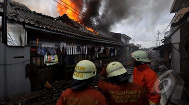 Pemukiman penduduk di belakang Bioskop Grand Senen, Jakarta Pusat mengalami kebakaran , Jakarta, Senin(19/1/2015).  (Liputan6.com/Miftahul Hayat)