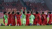 Pemain Timnas Indonesia U-19 merayakan kesuksesan lolos Piala AFC 2020 usai mengimbangi Korea Utara. (Liputan6.com/Helmi Fithriansyah)