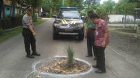 Polisi dan anggota TNI di Kebumen menandai jalan rusak dengan cat dan menanami padi di jalan berlubang. (Foto: Liputan6.com/Humas Pemkab Banyumas/Muhamad Ridlo)