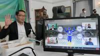 Gubernur Jawa Barat Ridwan Kamil saat meresmikan Pembangkit Listrik Tenaga Surya (PLTS) berbasis atap PT Aqua Golden Missisipi Mekarsari Sukabumi secara virtual dari Gedung Pakuan, Kota Bandung, Selasa (21/9/2021). (Foto: Biro Adpim Jabar)