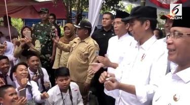 Siswa SMP di Mataram, Lombok bernyanyi 'Meraih Bintang' di depan Presiden Jokowi. Semangat yang ditunjukkan siswa membaut Presiden Jokowi tersenyum.