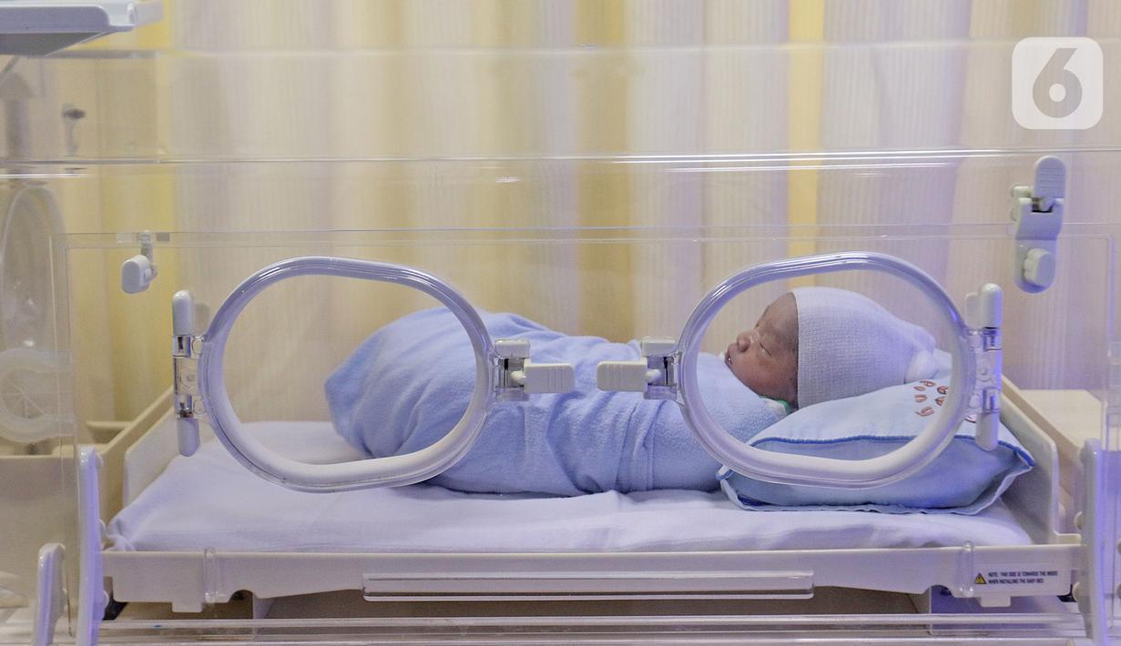 Kondisi bayi yang baru lahir di Rumah Sakit Ibu dan Anak Tambak, Jakarta, Kamis (20/2/2020). Bayi laki-laki yang belum diberi nama dari pasangan Khaidah Nurmayanti dan Agus Suseno itu lahir pada tanggal 20 bulan 02 tahun 2020 atau 20-02-2020. (Liputan6.com/Herman Zakharia)