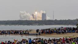 Roket Long March 5B membawa modul inti Stasiun Luar Angkasa Tianhe lepas landas dari Pusat Peluncuran Luar Angkasa Wenchang di Provinsi Hainan, China, Rabu (29/4/2021). China berharap stasiun baru beroperasi pada 2022. (STR/AFP)