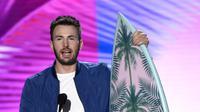 Ekspresi Chris Evans pemeran dalam film Captain America: Civil War meraih penghargaan sebagai aktor film pilihan. (Foto:Chris Pizzello/AP/Bintang.com)