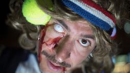 Ekspresi seorang pria yang menganakan kostum zombie saat mengikuti Zombie Walk dalam Festival Purim di Tel Aviv, Israel (3/3). Purim dirayakan setiap tahun menurut kalender Ibrani oleh kaum Yahudi. (AP Photo/Ariel Schalit)
