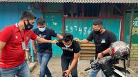 Penangkapan S oleh Satuan Narkoba Polres Metro Jakarta Barat berbuah satu paket sabu berukuran besar yang dibawa tersangka, Jumat (22/1/2021). (Ist)