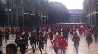 Sekitar 150 remaja yang diduga The Jakmania masuk melalui pintu Parkir Timur Senayan dan merangsek ke Stadion Utama GBK, Senayan, Jakarta Pusat. (Liputan6.com/Andreas Gerry Tuwo)