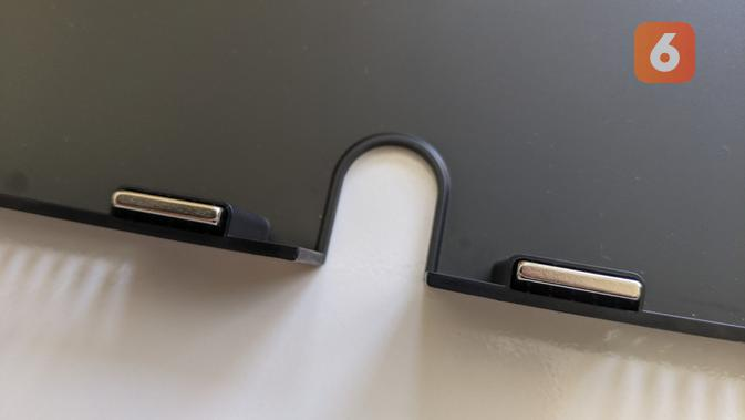 Magnet di penutup belakang tempat kabel Xiaomi Mi Curved Gaming Monitor. (Liputan6.com/ Yuslianson)