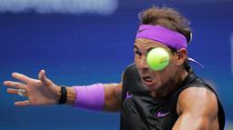 Petenis Spanyol, Rafael Nadal mengembalikan tembakan ke Daniil Medvedev dari Rusia pada babak final AS Terbuka 2019 di New York, Minggu (8/9/2019). Nadal menjadi juara melalui pertarungan lima set 7-5, 6-3, 5-7, 4-6, dan 6-4. (AP Photo/Charles Krupa)
